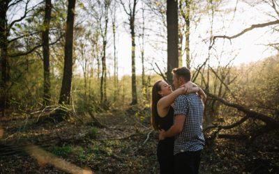 Justine et Adrien, une séance engagement dans les bois
