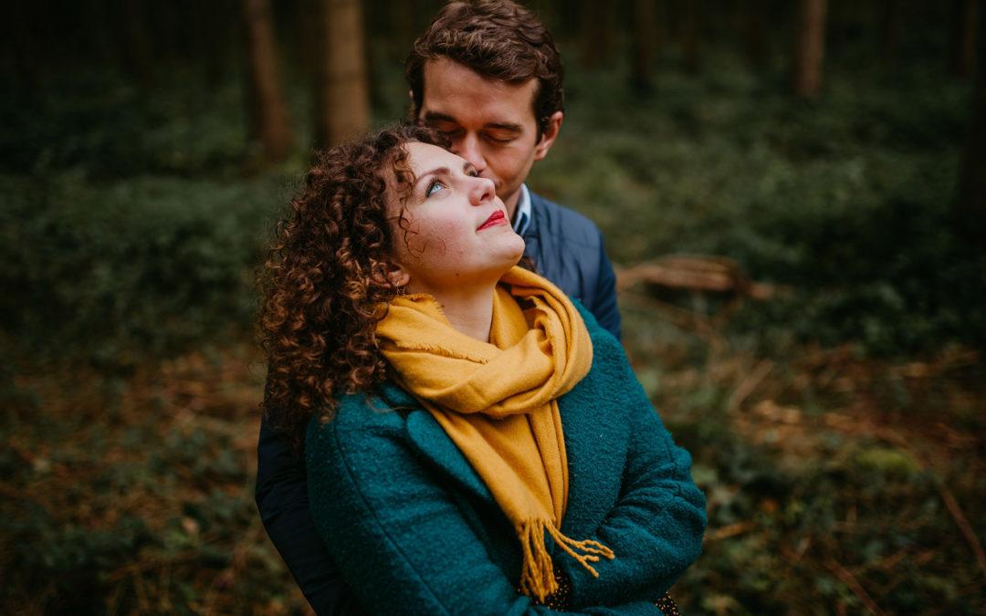 Mathilde et Antoine, une séance de couple au milieu des sapins dans le Nord